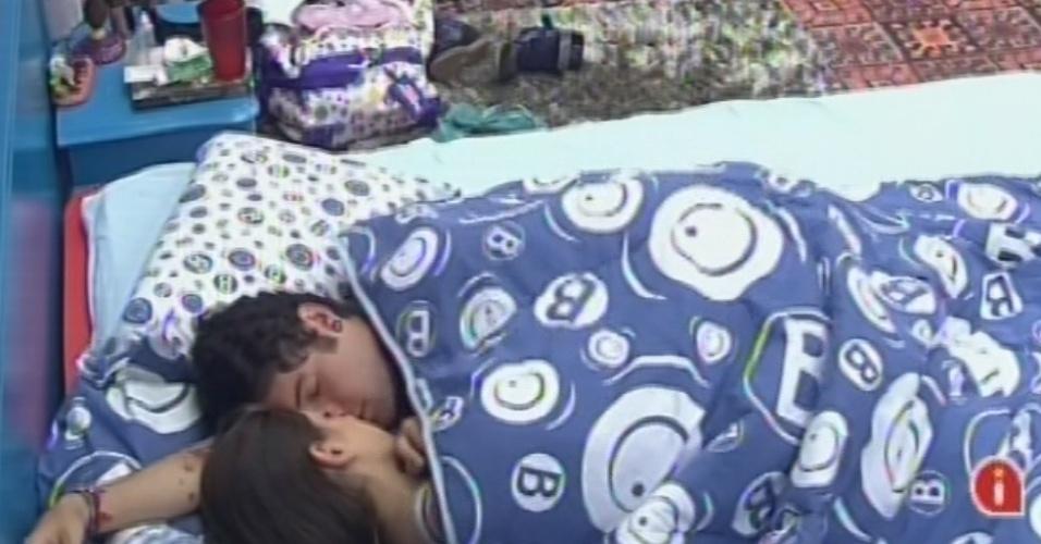 21.mar.2013 - Andressa e Nasser dormem de rosto colado antes da prova do líder desta quinta