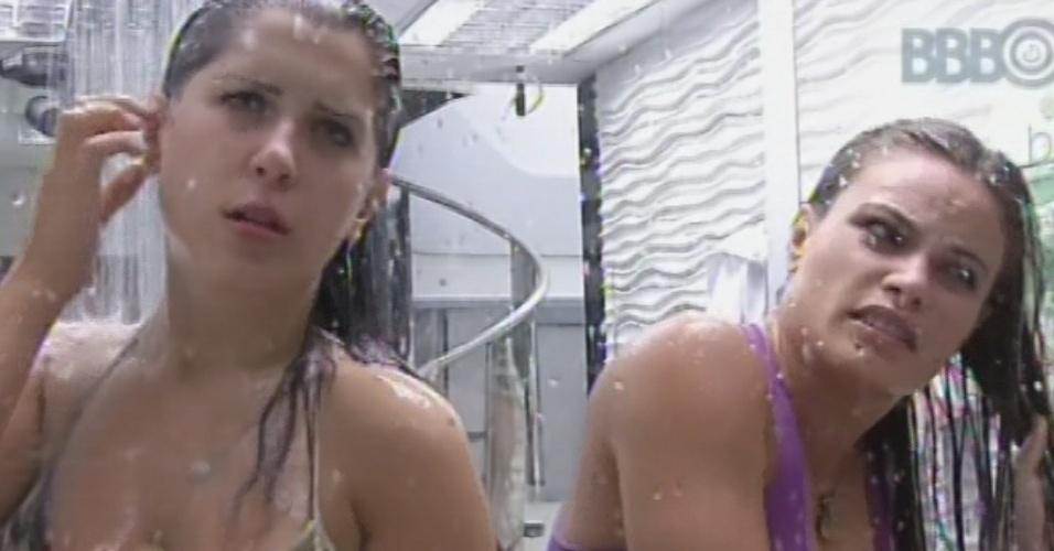 21.mar.2013 - Andressa e Natália tomam banho frio antes da prova do líder