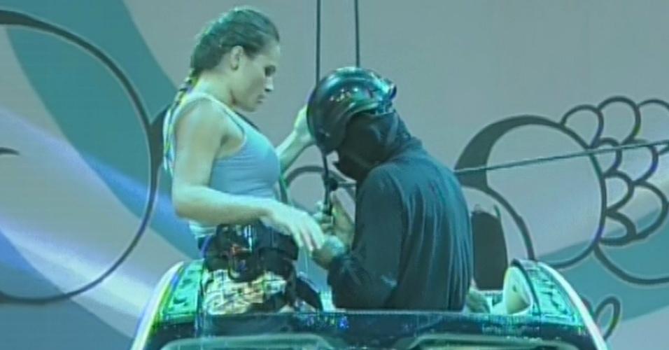 21.mar.2013 - Antes de Pedro Bial deixar o programa, Natália desiste da etapa de resistência da última prova do líder do