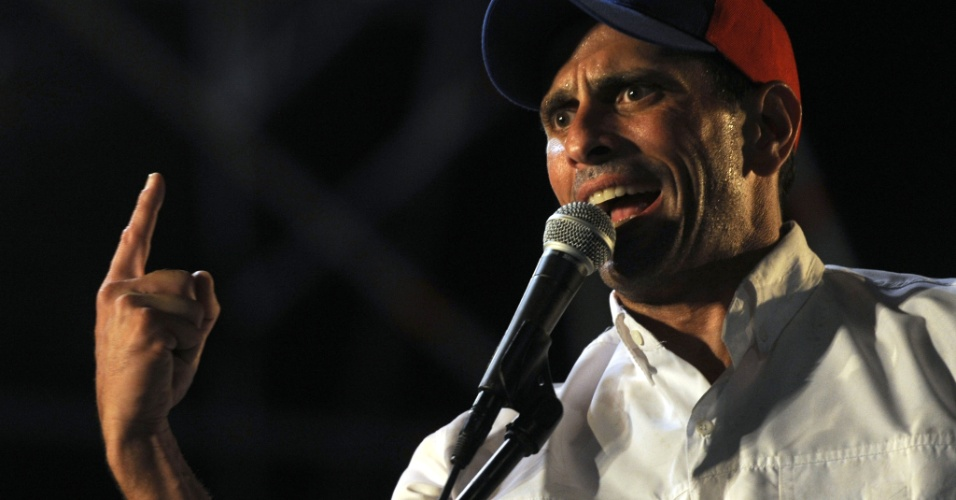 21.mar.2013 - Candidato da oposição à presidência da Venezuela, Henrique Capriles, faz discurso durante evento de campanha em Naguanagua, no estado de Carabobo