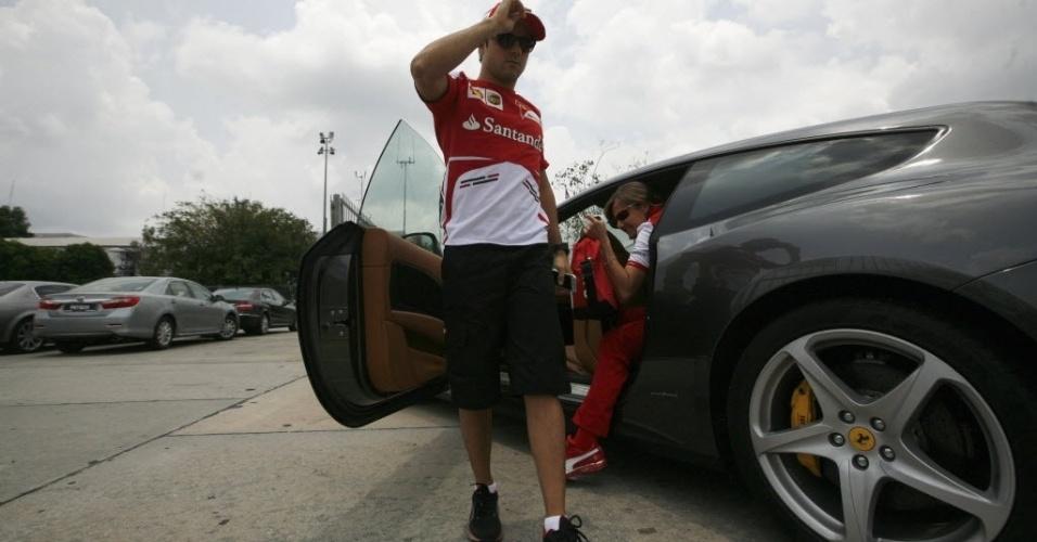 21.mar.2013 - Felipe Massa chega ao circuito de Sepang, palco do GP da Malásia