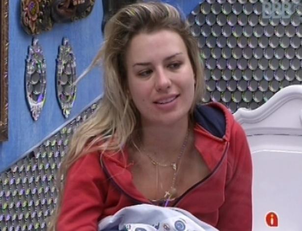 21.mar.2013 - Fernanda acorda depois de meio-dia e comenta sobre festa com Fernando & Sorocaba