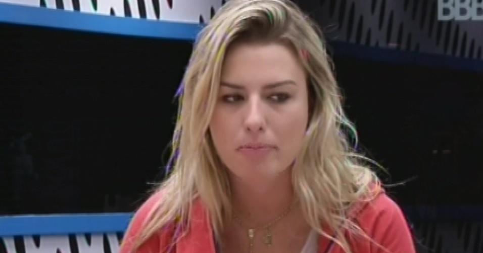 21.mar.2013 - Fernanda faz companhia a Natália e Andressa na cozinha e, em conversa de jogo, diz que está sozinha na casa