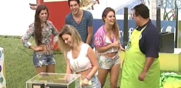 21.mar.2013 - Fernanda leva um mini system em atração promovida por patrocinador do