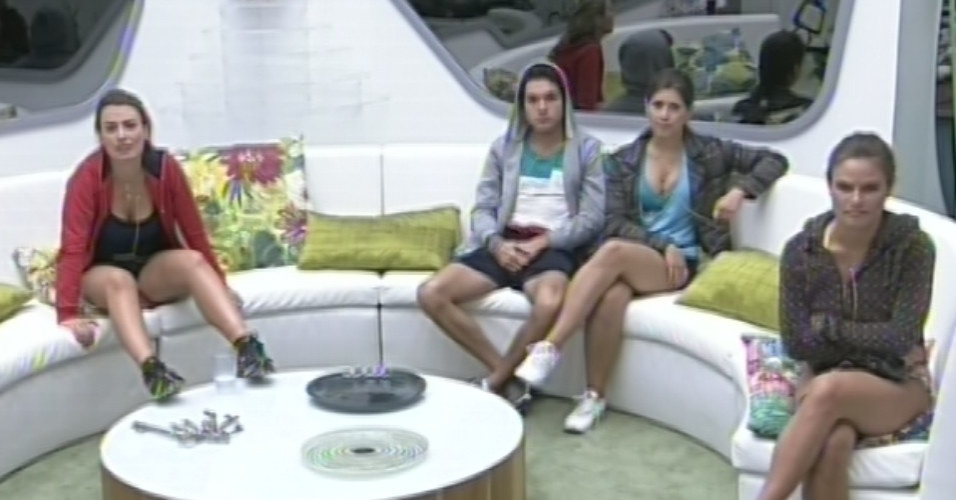 21.mar.2013 - Fernanda, Nasser, Andressa e Natália aguardam início da primeira etapa da última prova do líder do