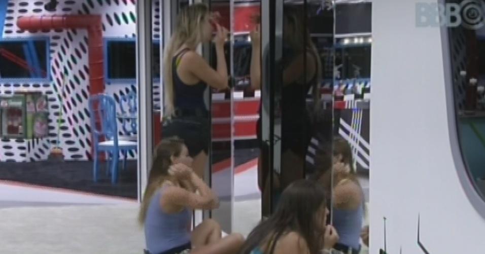 21.mar.2013 - Fernanda, Natália e Andressa se maquiam antes da prova do líder