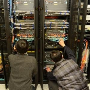 Funcionários do Sistema Sul-coreano de Transmissão checam estado de computadores enquanto tentam recuperar dados de servidor, um dia após ataque cibernético afetar emissoras de TV e bancos do país - AFP - 21.mar.2013
