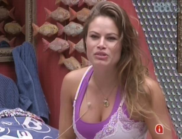 21.mar.2013 - Natália acorda depois de meio-dia e comenta sobre festa com Fernando & Sorocaba