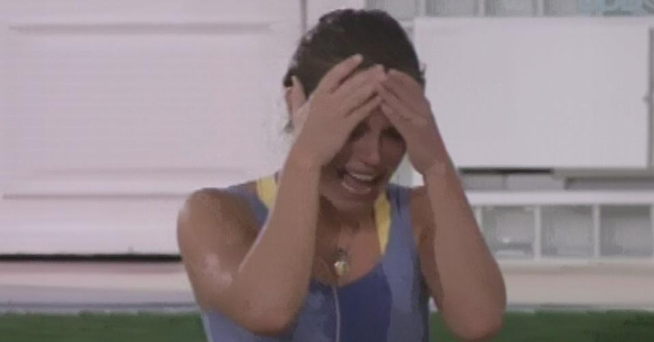 21.mar.2013 - Natália chora após deixar a etapa de resistência da última prova do líder do
