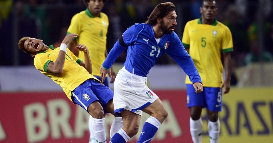 21.mar.2013 - Neymar cai e reclama de cotovelada de Pirlo durante jogo entre Brasil e Itália