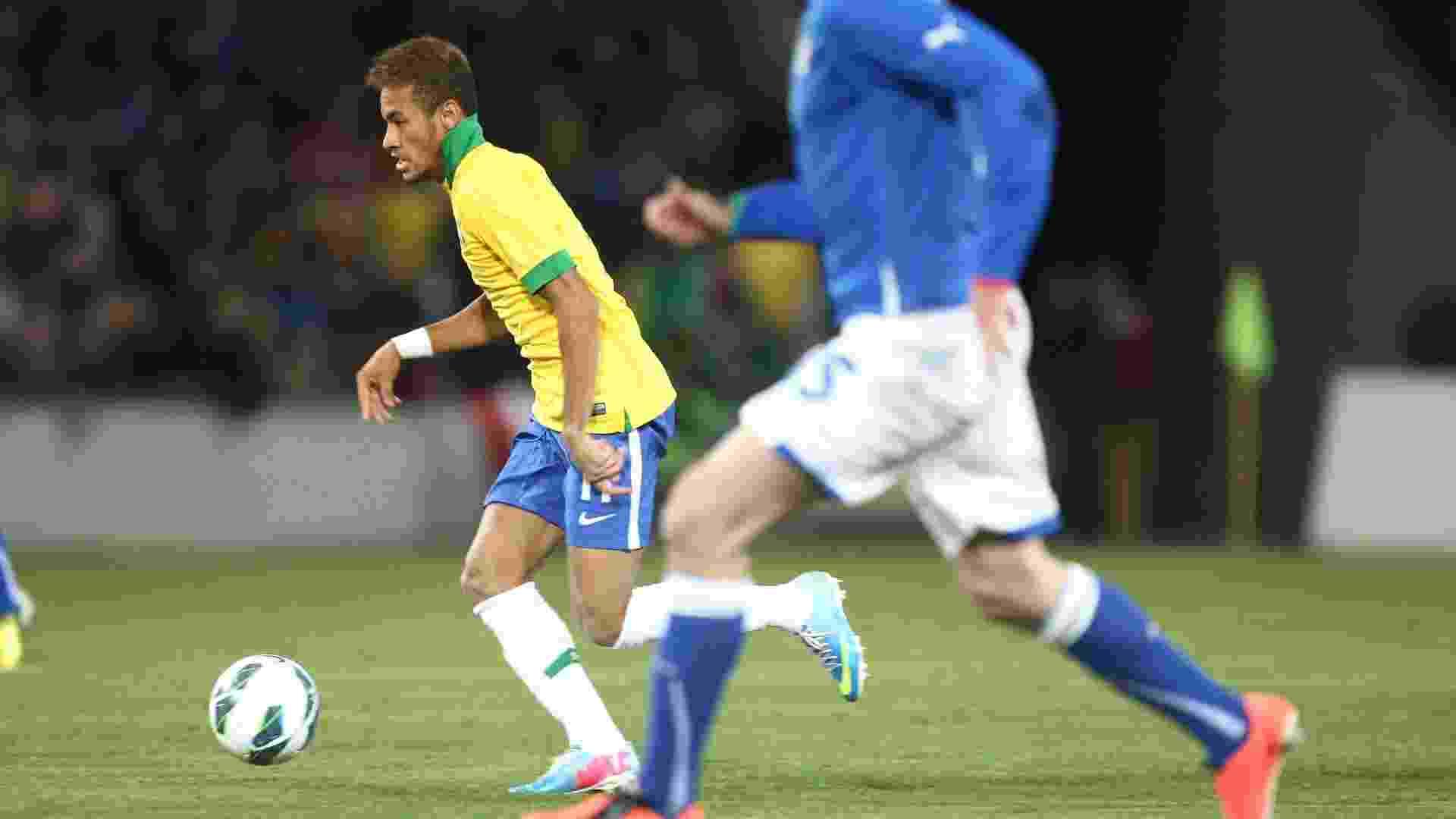 21.mar.2013 - Neymar tenta fugir da marcação de jogadores italianos - Mowa Press/Divulgação