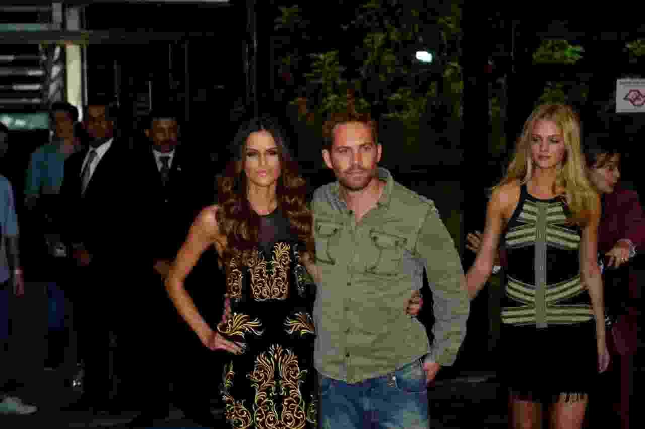 21.mar.2013 - O ator Paul Walker posou ao lado das modelos Izabel Goulart e Erin Heatherton nos bastidores da São Paulo Fashion Week. O ator ao Brasil participar do desfile da Colcci - AgNews