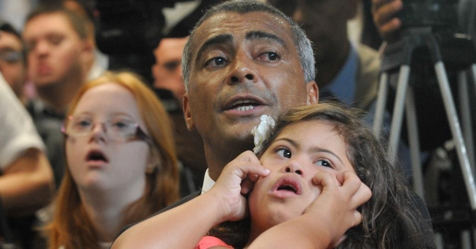 21.mar.2013 - O deputado Romário participa, na Câmara, das comemorações do Dia Internacional da Síndrome de Down, junto com sua filha Ivy