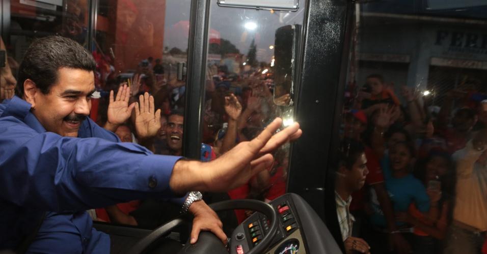 21.mar.2013 - O presidente interino da Venezuela, Nicolás Maduro, acena para o público enquanto dirige ônibus em campanha em El Tigre, no Estado de Anzoategui. Sucessor de Hugo Chávez, que morreu de câncer em 5 de março, Maduro é o candidato do governo à presidência do país. As eleições estão marcadas para o dia 14 de abril