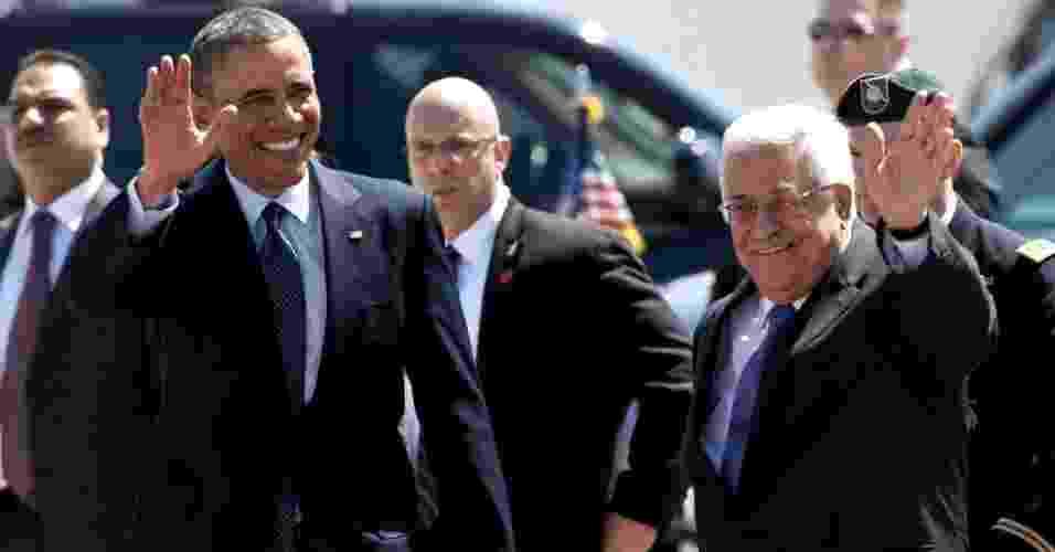 21.mar.2013 - Os presidentes dos Estados Unidos, Barack Obama, e da Palestina, Mahmud Abbas, acenam durante cerimônia de recepção realizada em Muqata, a sede da Autoridade Palestina na cidade de Ramallah, na Cisjordânia. É a primeira visita de Obama à Cisjordânia desde que assumiu a Presidência dos EUA há mais de quatro anos - Saul Loeb/AFP