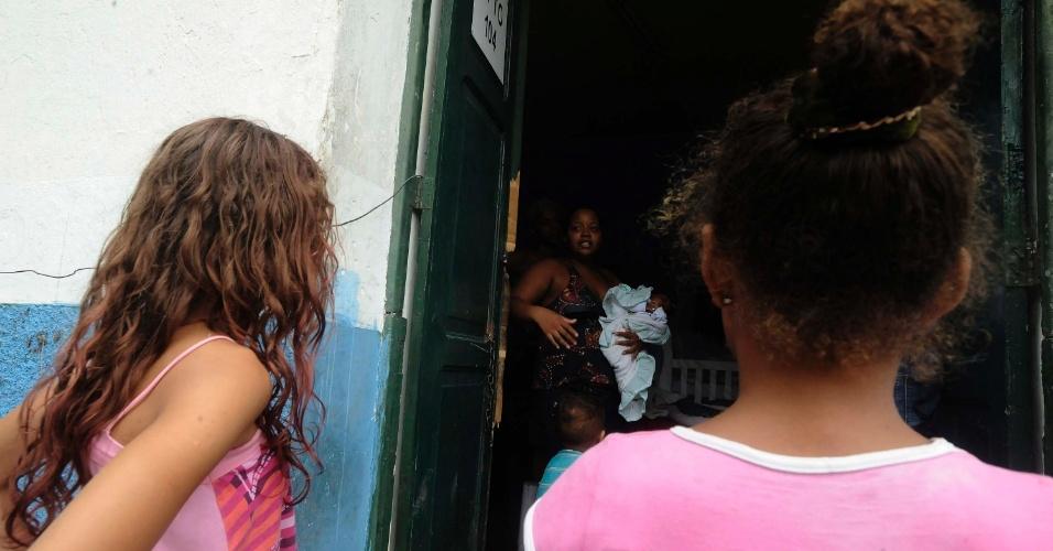 21.mar.2013 - Carolina Fontoura da Silva, 18, vive com três filhos e o marido em um cômodo do 3º Batalhão de Infantaria, em São Gonçalo, onde moram 400 desabrigados do morro do Bumba e demais favelas fluminenses destruídas com as chuvas de 2010