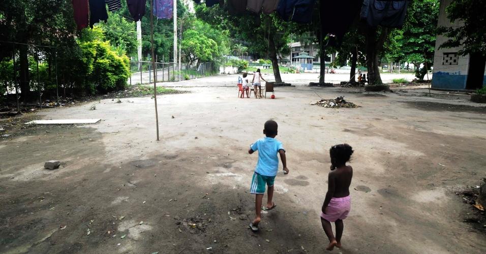 21.mar.2013 - Crianças brincam em um dos pátios do 3º Batalhão de Infantaria, em São Gonçalo (RJ), onde vivem 400 desabrigados do morro do Bumba e demais favelas destruídas com as chuvas de 2010
