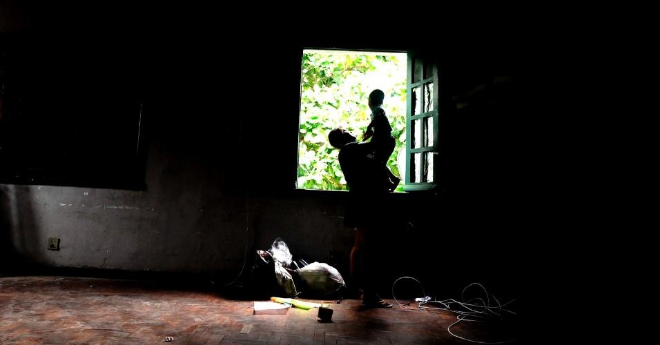 21.mar.2013 - Os sobreviventes do deslizamento do morro do Bumba, em Nitéroi (RJ), ocorrido em 2010, vivem três anos nas dependências do antigo 3º BI (Batalhão de Infantaria do Exército), em São Gonçalo. Os prédios destinados ás vítimas da tragédia, cuja entrega estava prevista para julho, ameaçam desabar