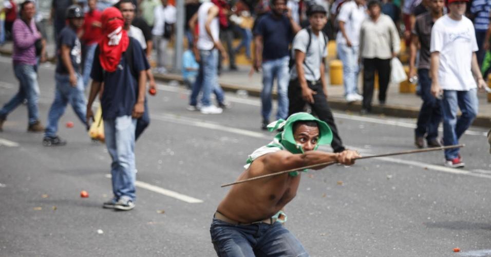 21.mar.2013 - Pelo menos quatro manifestantes ficaram feridos após apoiadores e críticos do governo venezuelano entrarem em confronto em Caracas