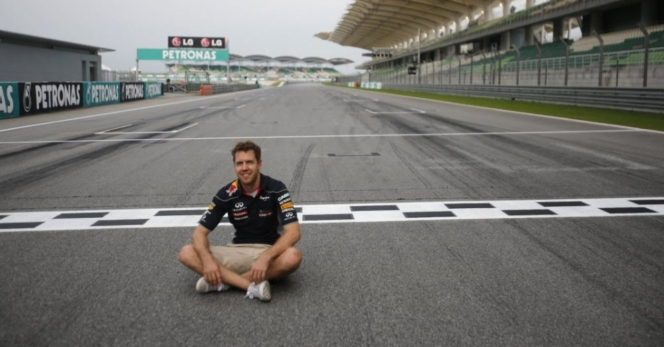 21.mar.2013 - Sebastian Vettel posa na linha de chegada do circuito de Sepang antes do GP da Malásia