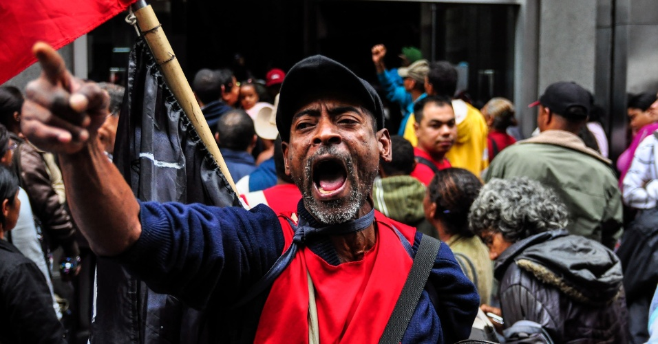 21.mar.2013 - Trabalhadores sem-teto ligados ao MTST (Movimento dos Trabalhadores Sem Teto) realizam protesto na rua Boa Vista, na região central de São Paulo, na manhã desta quinta-feira (21). O motivo da mobilização é o descumprimento de acordos com o movimento por parte do presidente da CDHU (Companhia de Desenvolvimento Habitacional e Urbano), Antonio Carlos do Amaral (PP). Os manifestantes irão ocupar o prédio da CDHU, no centro