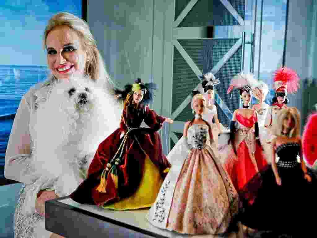 A arquiteta e decoradora paulistana Brunete Fraccaroli e algumas de suas 400 bonecas Barbie: há exemplares com modelitos assinados por estilistas como Vera Arruda, Clodovil, Tide Alves e Walério Araújo - Leandro Moraes/UOL