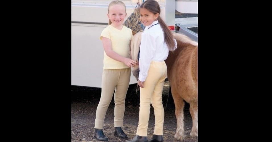 A loja britânica de roupas 'robinsons' inseriu (bizarramente) as duas crianças na foto. É possível ver claramente as linhas brancas do recorte das imagens, principalmente nas pernas das meninas