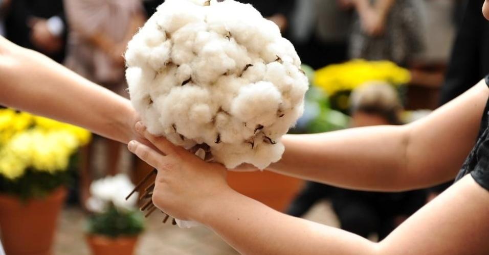 Arranjo de algodão; por R$ 400,00, na Pepper Wedding (pepperwedding.blogspot.com.br). Preço pesquisado em março de 2013 e sujeito a alterações