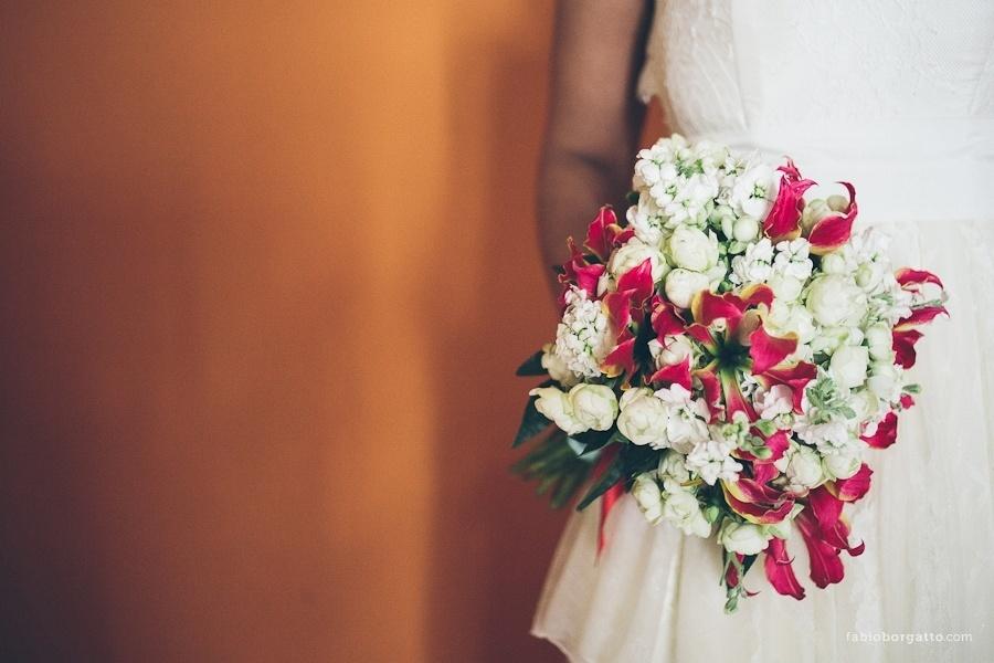 Buquê de goivos, rosa spray e gloriosa; por R$ 380,00, na Pepper Wedding (www.pepperwedding.blogspot.com.br). Preço pesquisado em março de 2013 e sujeito a alterações
