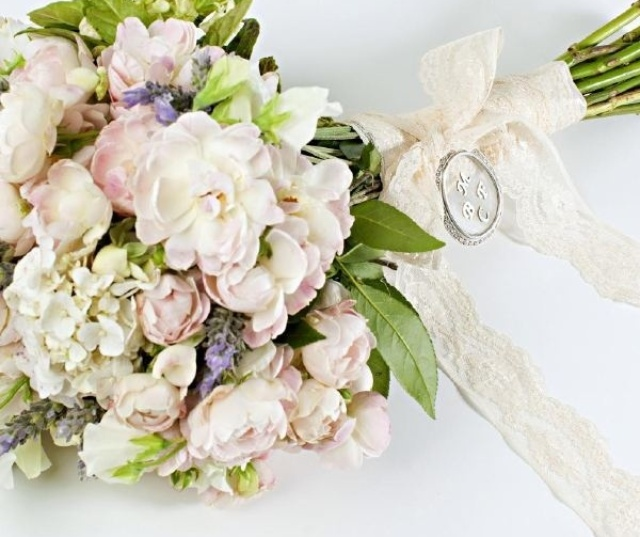 Buquê de hortênsias brancas, rosa spray e lavanda; por R$ 420,00, na Pepper Wedding (www.pepperwedding.blogspot.com.br). Preço pesquisado em março de 2013 e sujeito a alterações