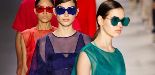 A Osklen levará uma linha especial de moda praia para o Fashion Rio, enquanto que a marca principal continua a se apresentar no SPFW. Na foto, modelos ao fim da apresentação da marca para o Verão 2014 na semana de moda paulistana - Silvia Boriello/UOL