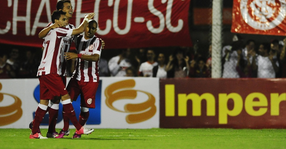 Leandro Damião comemora gol diante do São Luiz-Rs ao lado de Caio (21/03/13)