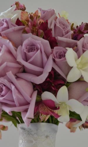 Mix floral de rosas brancas, didiscos e buvárdias; por R$350,00, na Bia Sandoval (www.biasandoval.com.br). Preço pesquisado em março de 2013 e sujeito a alterações
