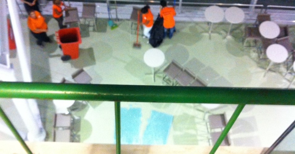 21/03/2013: Funcionários recolhem cacos de vidro de placa que despencou de uma altura de 10 metros no Castelão, em Fortaleza