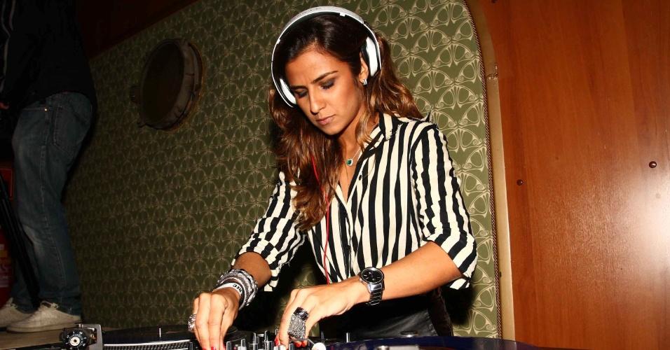 21.mar.2013 - A namorada de Ronaldo Fenômeno, a DJ Paula Morais, toca em festa em São Paulo. O jogador não compareceu ao evento