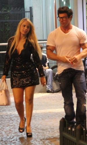21.mar.2013 - Marcos Mastorelli vai com loira em lanchonete no Leblon
