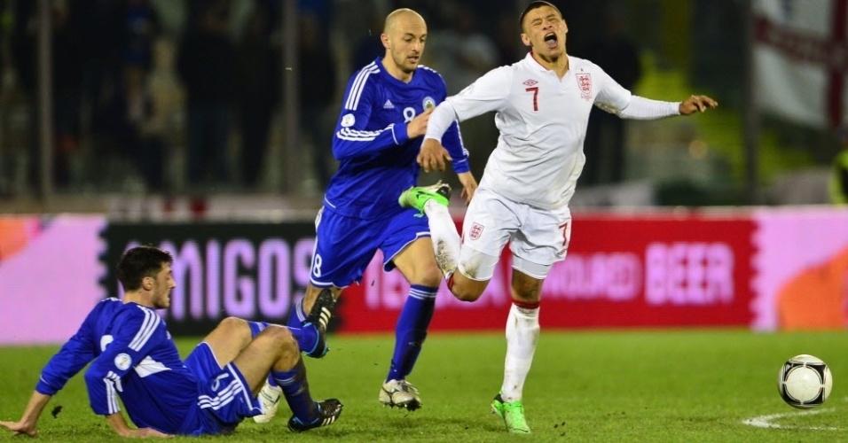 22.mar.2013 - Alex Oxlade Chamberlain sofre falta na partida entre Inglaterra e San Marino