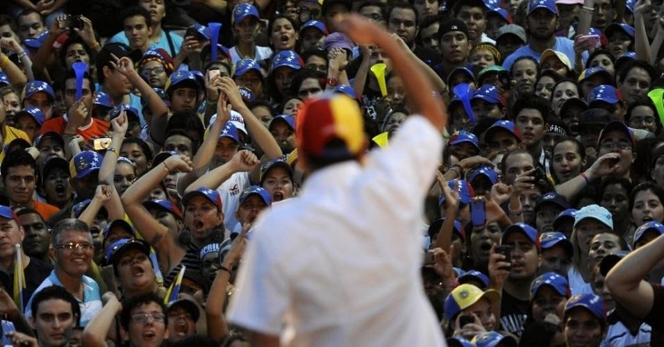 22.mar.2013 - Candidato da oposição à presidência da Venezuela, Henrique Capriles (centro, de costas) fala a apoiadores durante comício em Naguanagua, no Estado de Carabobo