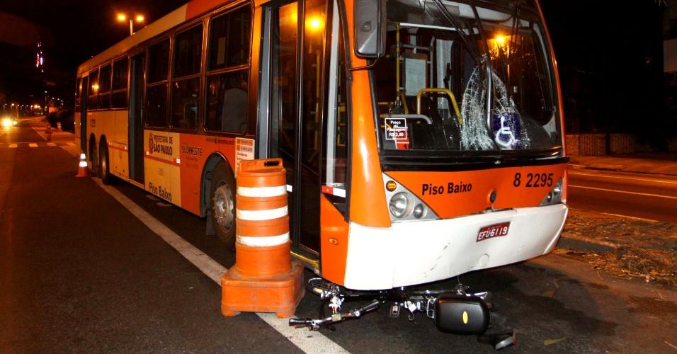 22.mar.2013 - Ciclista é atropelada por ônibus no cruzamento da avenida Rebouças com a rua João Moura, em Pinheiros, zona oeste de São Paulo. Segundo o Corpo de Bombeiros, ela foi socorrida para o Hospital Nove de Julho, na área central