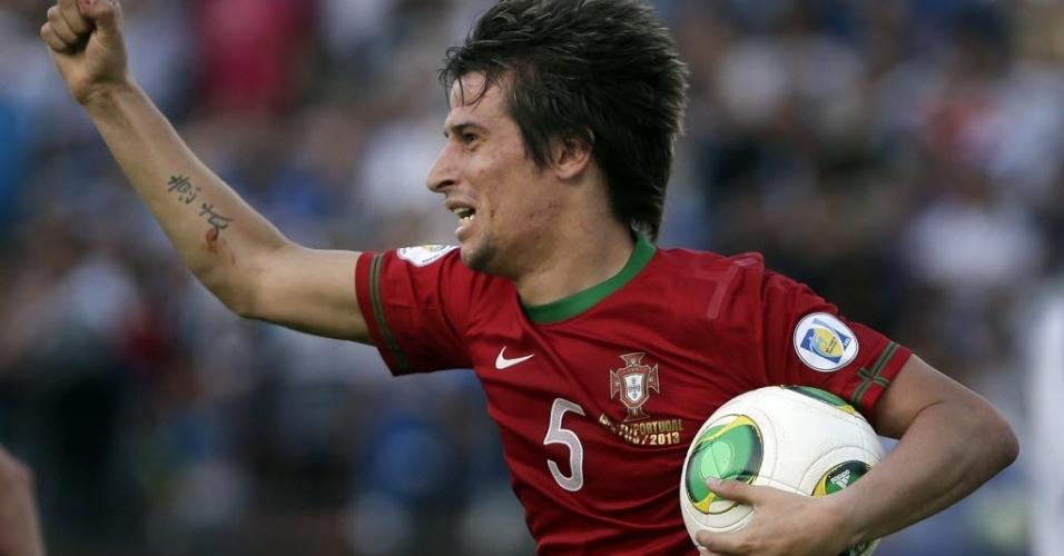 22.mar.2013 - Fabio Coentrão comemora o gol salvador de Portugal, no finalzinho, no empate em 3 a 3 contra Israel