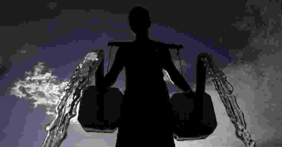 22.mar.2013 - Fazendeiro derrama água que ele coletou de um poço sobre sua plantação de melão, na cidade de Taguig, nas Filipinas, nesta sexta-feira (22), Dia Mundial da Água. Segundo o Conselho Mundial da Água, a mudança climática resulta em secas mais longas e enchentes mais intensas, afetam diretamente o sistema hídrico do planeta - Cheryl Ravelo/Reuters