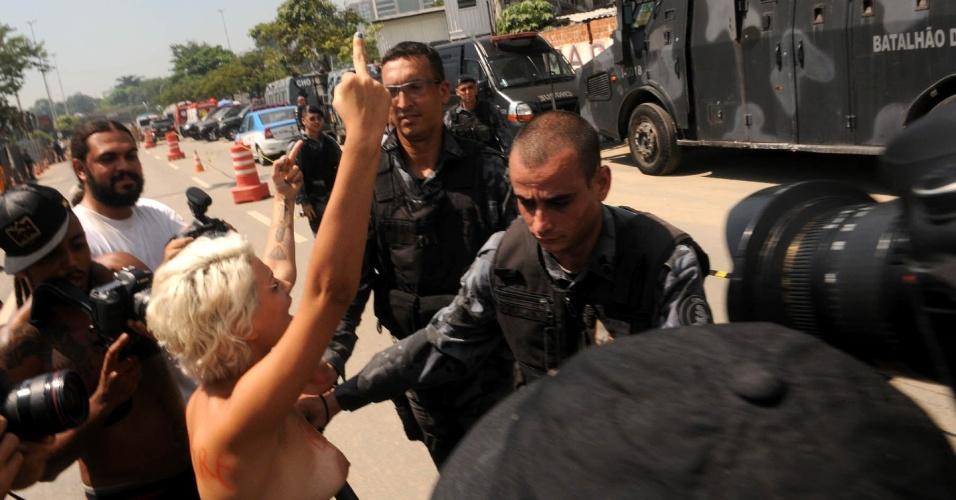 22.mar.2013 - Índios e policiais entram em confronto durante integração de posse de terreno ocupado onde funcionava o antigo Museu do Índio, ao lado do estádio do Maracanã, na zona norte do Rio de Janeiro