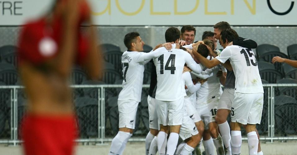22.mar.2013 - Jogadores da Nova Zelândia comemoram o gol de Tommy Smith, aos 49 min. do 2° tempo, que garantiu a vitória do país sobre a Nova Caledônia e a vaga na repescagem para a Copa de 2014