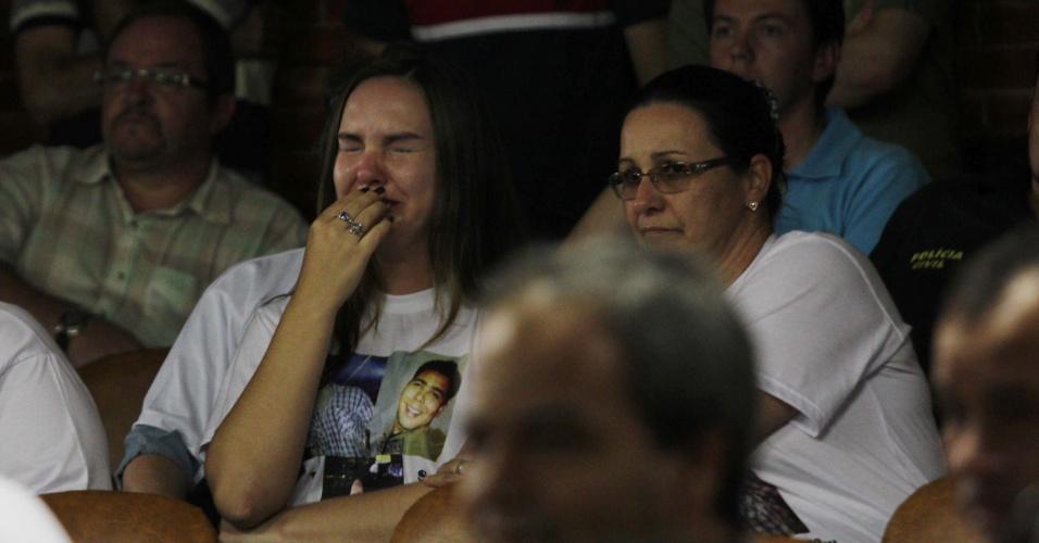 22.mar.2013 - Mulher chora durante a apresentação das conclusões do inquérito policial sobre o incêndio na boate Kiss, que matou 241 pessoas em janeiro, na cidade de Santa Maria (RS). Parentes e amigos das vítimas acompanharam a apresentação do delegado Marcelo Arigony, que responsabilizou 28 pessoas pela tragédia