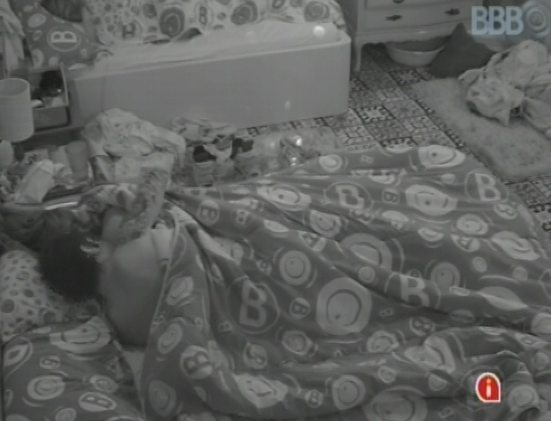 22.mar.2013 - Nasser é o primeiro acordar nesta sexta-feira e tenta despertar Andressa com beijos e carícias. A paranaense prefere dormir mais um pouco