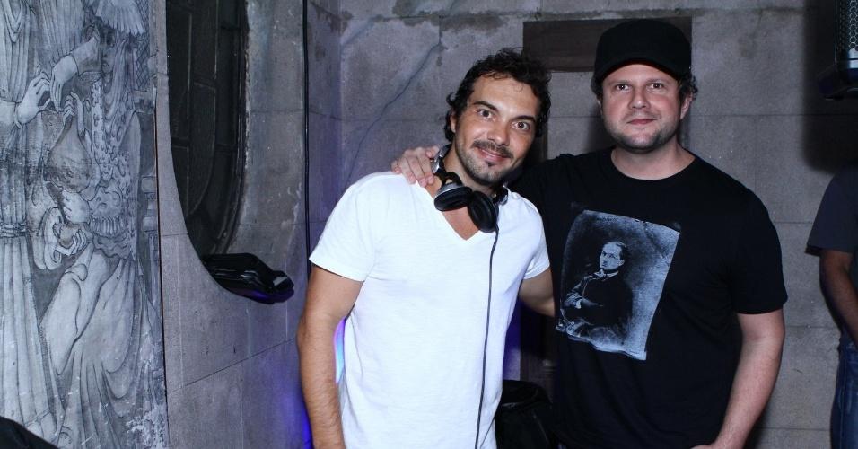 "22.mar.2013 - O ator Selton Mello posa com o DJ Leo Paes Leme na festa Rockeria, que comemora a estreia do programa ""Aventuras reais"" do canal Off"