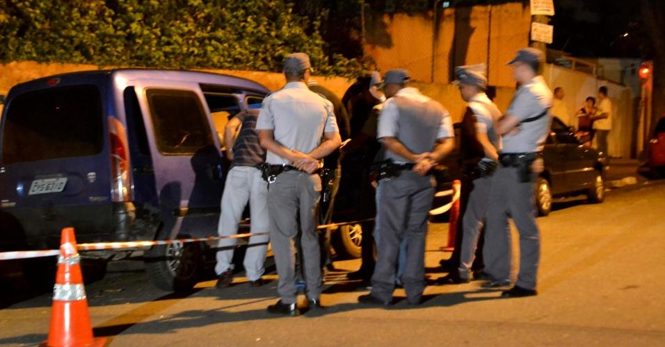 22.mar.2013 - O corpo de um policial militar foi encontrado dentro do porta-mala de um carro estacionado na rua Luciano Silva, na Vila das Belezas, zona sul de São Paulo. Segundo a PM, o policial estava algemado e em avançado estado de decomposição