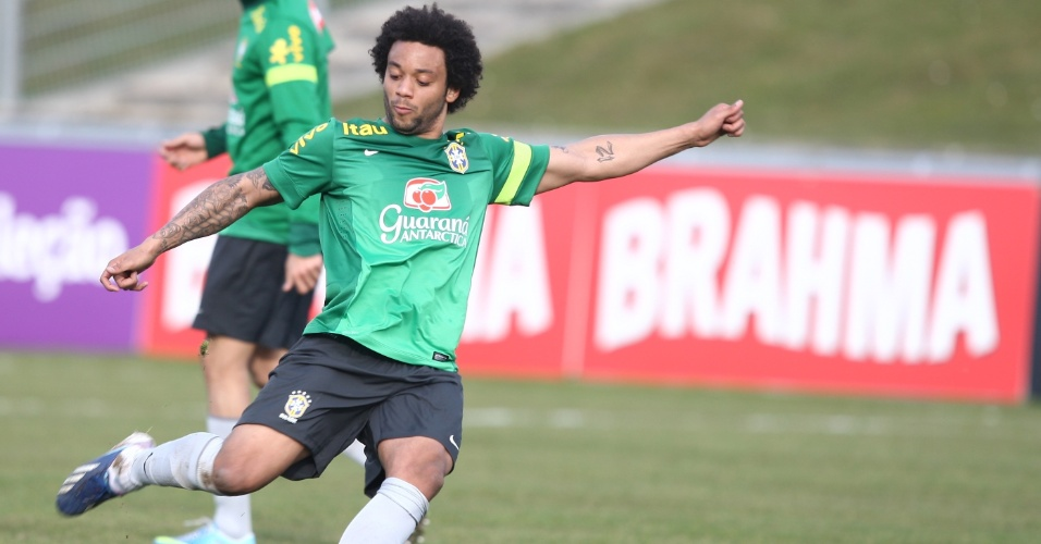 22.mar.2013 - O lateral-esquerdo Marcelo tenta chute com a direita durante treino da seleção na Su[íça