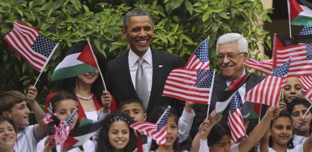 Barack Obama e o líder da Autoridade Palestina, Mahmud Abbas, durante visita do então presidente americano à Cisjordânia, em 2013 - Atef Safadi/EFE