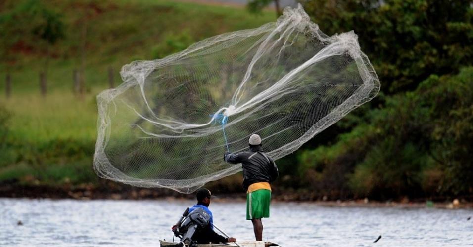 22.mar.2013 - Pescador solta rede no lago Paranoa, em Brasília, nesta sexta-feira (22), Dia Mundial da Água. Para a ONU, os governos terão de trabalhar juntos para proteger os recursos hídricos do planeta